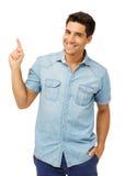 Stilig man som pekar upp mot vit bakgrund Arkivfoto
