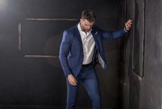 Stilig man som poserar i studio fotografering för bildbyråer
