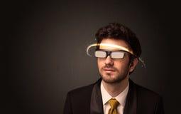 Stilig man som ser med futuristiska tekniskt avancerade exponeringsglas Arkivfoton