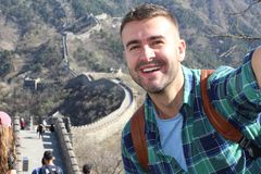 Stilig man som tar en selfie i den stora väggen av Kina royaltyfri foto