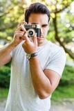 Stilig man som tar foto med den parallella kameran Royaltyfri Foto