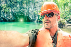 Stilig man som tar selfie på den underjordiska floden i Palawan Phlippines arkivbild
