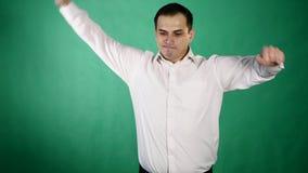 Stilig man som visar olika sinnesrörelser close upp Grön bakgrund stock video