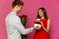 Stilig mandanande som är närvarande för hennes ursnygga flickvän på dag för St-valentin` s arkivfoto