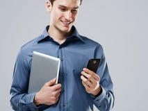 Manen med mobil ringer arkivbild