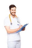 Stilig manlig doktor med den isolerade skrivplattan arkivbild