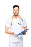 Stilig manlig doktor med den isolerade skrivplattan royaltyfri foto