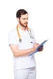 Stilig manlig doktor med den isolerade skrivplattan arkivfoto
