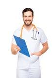 Stilig manlig doktor med den isolerade skrivplattan royaltyfri fotografi