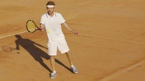 Stilig manlig gående tillbaka tennisboll, amatörmässig konkurrens, aktiv sportfritid arkivfilmer