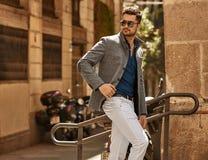 Stilig manlig modell i trendig kl?der arkivfoton