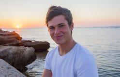 Stilig manlig modell som ler efter solnedgång royaltyfri bild