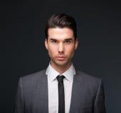 Stilig manlig modemodell i affärsdräkt royaltyfri foto