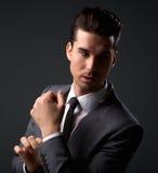 Stilig manlig modemodell som poserar i affärsdräkt arkivfoto