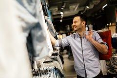 Stilig manshopping för kläder Fotografering för Bildbyråer