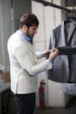 Stilig manshopping för kläder på ett lager. Royaltyfri Foto