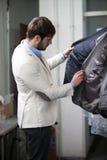 Stilig manshopping för kläder på ett lager. Royaltyfria Foton