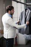 Stilig manshopping för kläder på ett lager. Arkivbilder