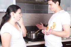Stilig matlagning och röka för ung man Arkivbild
