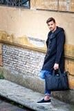 Stilig modell för ung man på gå gatavägg arkivfoton
