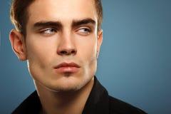Stilig moderiktig ung man i den svarta skjortan, stående av den sexiga fashien Royaltyfri Fotografi