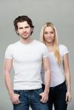 Stilig moderiktig ung man med hans fru royaltyfri bild