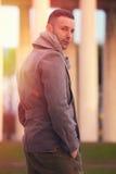 Stilig modern man i staden Vintermäns mode arkivbilder