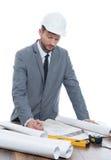 Stilig mogen leverantör som drar ett byggnadsplan Arkivfoto