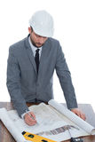 Stilig mogen leverantör som drar ett byggnadsplan Royaltyfri Fotografi