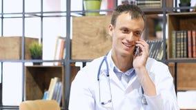 Stilig mogen medicinsk doktor som konsulterar med patienten på smartphonen Royaltyfria Bilder