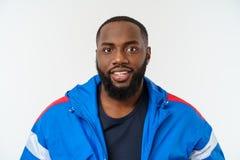 Stilig muskulös svart man för stående med gladlynt uttryck fotografering för bildbyråer