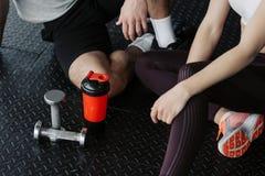 Stilig muskul?s man som utarbetar med hantlar i idrottshallen royaltyfria bilder