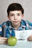 Stilig pojke för Preteen med kolfärgpennan Arkivbilder