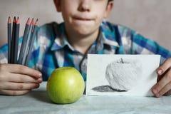 Stilig pojke för Preteen med kolfärgpennan Royaltyfri Fotografi