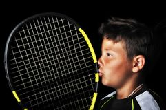 Stilig pojke med kyssande racket för tennisutrustning Royaltyfria Bilder