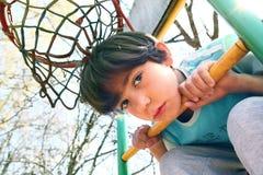 Stilig pojke på basketlekplatsen Arkivbilder