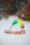 Stilig pojke som utomhus gör yoga royaltyfri foto