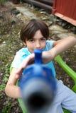 Stilig pojkelek för Preteen med vattenvapnet Royaltyfria Bilder