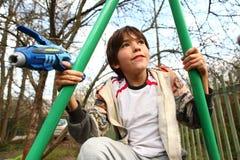 Stilig pojkelek för Preteen med vattenvapnet Arkivbilder