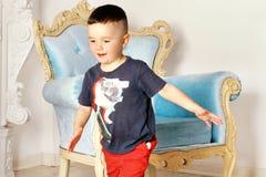Stilig pojkespring runt om rummet arkivbilder