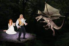 Stilig prins Save Fair Maiden från ond drake Royaltyfri Foto