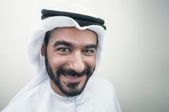Stilig säker arabisk affärsman som ler, arabisk affärsman Arkivbilder