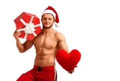 Stilig Santa Claus hållande hjärta och en gåva Royaltyfri Bild