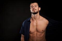 Stilig shirtless muskulös man i studiofoto Arkivbild