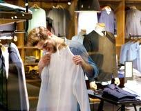 Stilig shopping för ung man för kläder Royaltyfri Foto