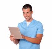 Stilig sjuksköterskaman som använder hans minnestavlaPC Arkivbild