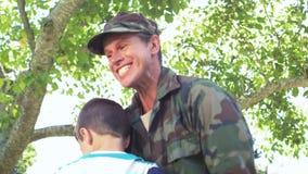 Stilig soldat som återförenas med hans son arkivfilmer