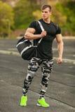 Stilig sportman i den utomhus- sportswearen Idrotts- manlig yttersida arkivfoton