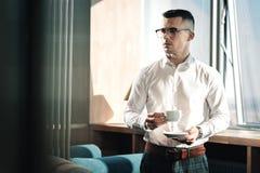 Stilig stilfull affärsman som bär det kvadrerade byxa och läderbältet royaltyfri fotografi