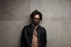 Stilig stilfull man i läderomslag Fotografering för Bildbyråer